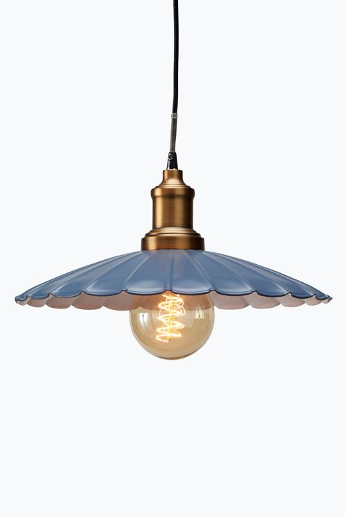 Taklampa i svartmålad plåt med vit insida. Sladdlängd 1,3 m. Ø 35 cm. Höjd 12 cm. Takkontakt. Stor sockel.<br><br>Ljuskälla medföljer ej. Olika typer av glödlampor ger olika intryck och förändrar stilen. Prova dig gärna fram! <br><br>