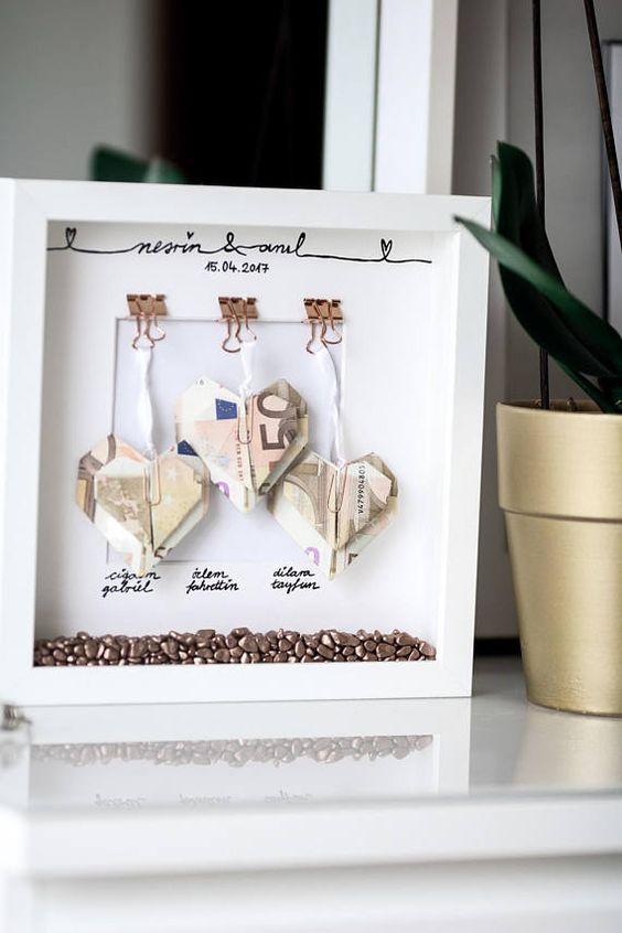 Personalisierte Geschenke für jeden Anlass. Ob Geldgeschenke oder ein Geschenk mit Fotos als Erinnerung an die gemeinsame Zeit. Eignet sich perfekt für Hochzeiten, Geburtstage, Jahrestage oder andere Feierlichkeiten. Bei Geldgeschenken wird das Geld mitgeschickt. Der Preis der hier genannt