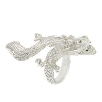 Anillo con forma de dragón.