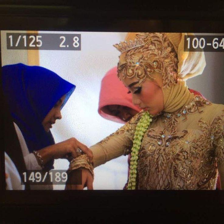 Preparation wedding Rifa & Hilmi Detail dan sangat hati-hati kami mempersiapan penampilan pengantin sebelum mempelai menyambut para tamu undangan Mua & wardrobe @missdenny_muslimahweddingsby  More info : Wa 081703405383 Line Missdenny Phone 081330950495  #mua #muasurabaya #muawedding #hijabstylist #hijabbrides #makeuppengantin #weddingmakeup #weddingtraditional #weddingku #weddingdress #weddingmuslim #weddingmuslimah #inspirasikebayaindonesia #inspirasiweddingku #pengantin #pengantinmuslimah…