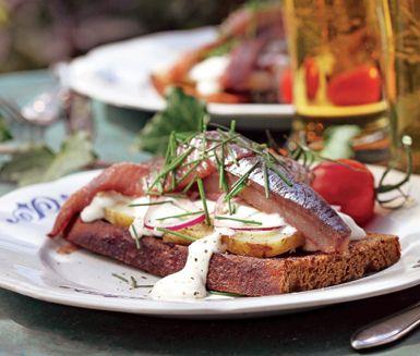 Sillbruschetta är en fenomenal rätt. Lätt att göra, smakar fantastiskt och är typisk sommarmat! Potatis, rädisor och matjesfiléer på mörkt rågbröd toppas med crème fraiche med dill. Mums!