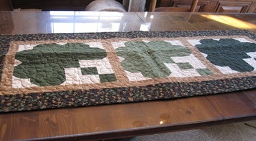 Irish Quilt table runner for St. Patrick's day: Quilt Table Runners, St. Pat S, Sewing Projects, Irish Quilts, Quilts Tables Runners, St. Patrick'S Day, Beds Runners, Runners Topps, Quilts Projects