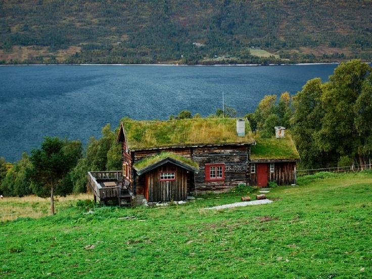 Cabin_at_Raura_lake_Norway