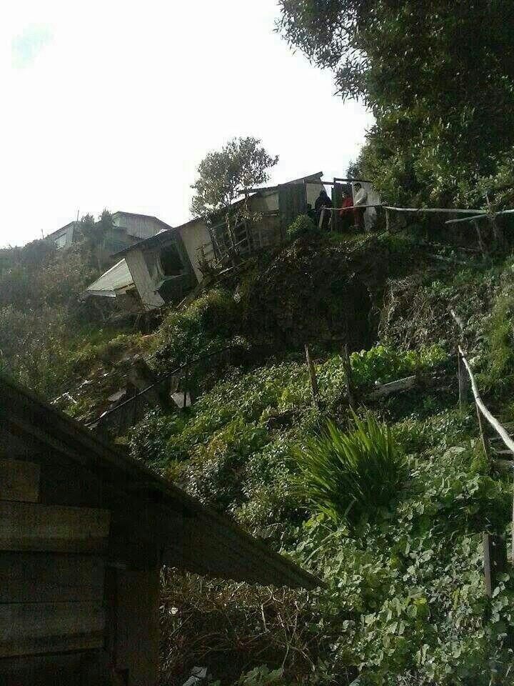 Casa sufre el desplazamiento del suelo en el cerro donde estaba ubicada. Comuna de Lota.