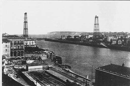 """""""En Abril de 1890 se inició la construcción de los pilares de hierro, que pesaban más de cien toneladas. / Alfredo Pérez Trimiño"""" (Recorrido histórico por el Puente Vizcaya)"""