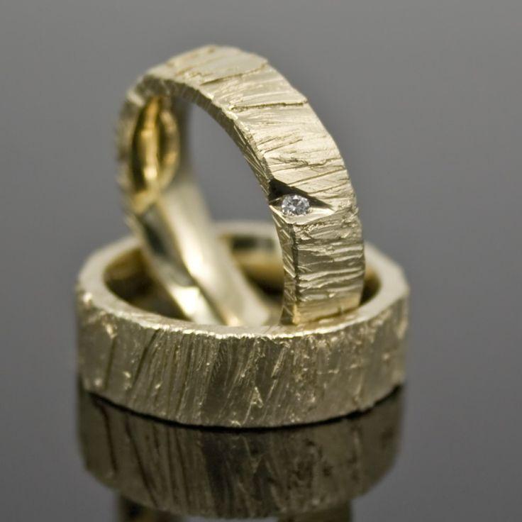 Goldhaus.com Wilde Eheringe 6 & 7mm breit und 2mm hoch einzigartige Struktur - roh Damenring mit Brillant 0,02ct TW-VS Eine rohe, unfertige Struktur, mi