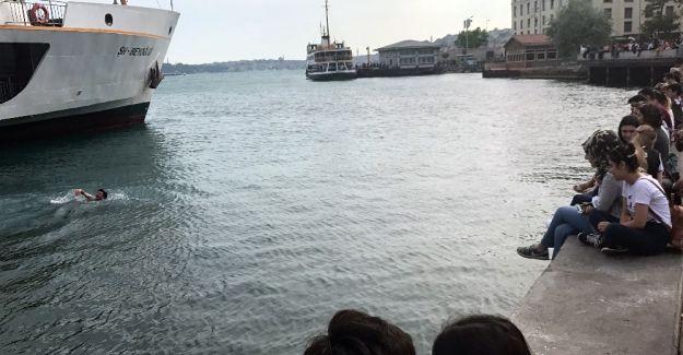 İstanbul'da sıcaktan bunalan gençler denize atladı