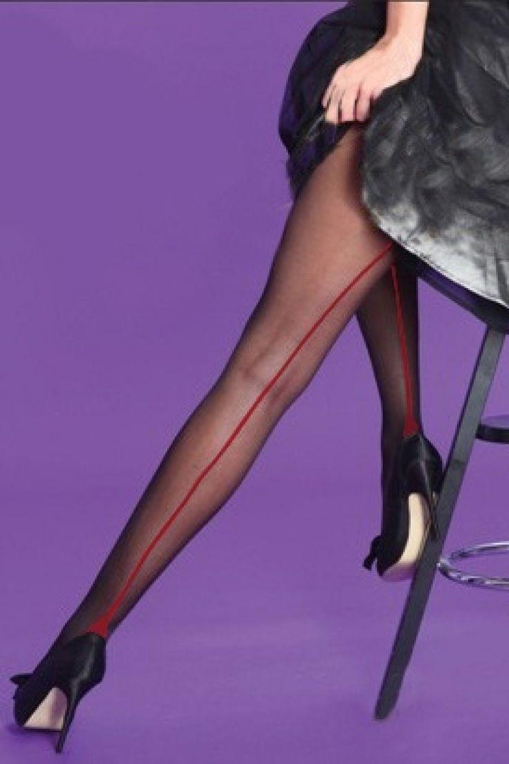 Classic Seamer Tights in Blackwith Red seam van Scarlet. Klassieke vintage inspired naadpanty's in zacht en fijn 15 denier met puntige hiel 'Havana heel' en van daaruit een zwarte rode naad over de gehele achterzijde.De panty heeft versterkte transparante tippen en voet en is geheel doorzichtig tot aan de bovenzijde. Sexy naadpanty waarmee je de allure en glamour van vroeger tijden combineert met het gemak van alledag!