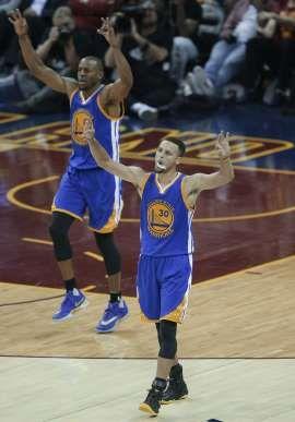 AP Photo: Stephen Curry (30) y Andre Iguodala, de los Warriors de Golden State, festejan durante el cuarto partido de la final de la NBA ante los Cavaliers de Cleveland, el viernes 10 de junio de 2016 (AP Foto/Tony Dejak)