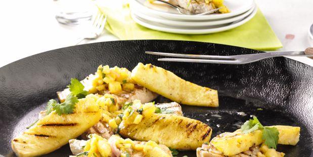 Gegrilde tonijnsteak met gegrilde ananas en salsa van ananas