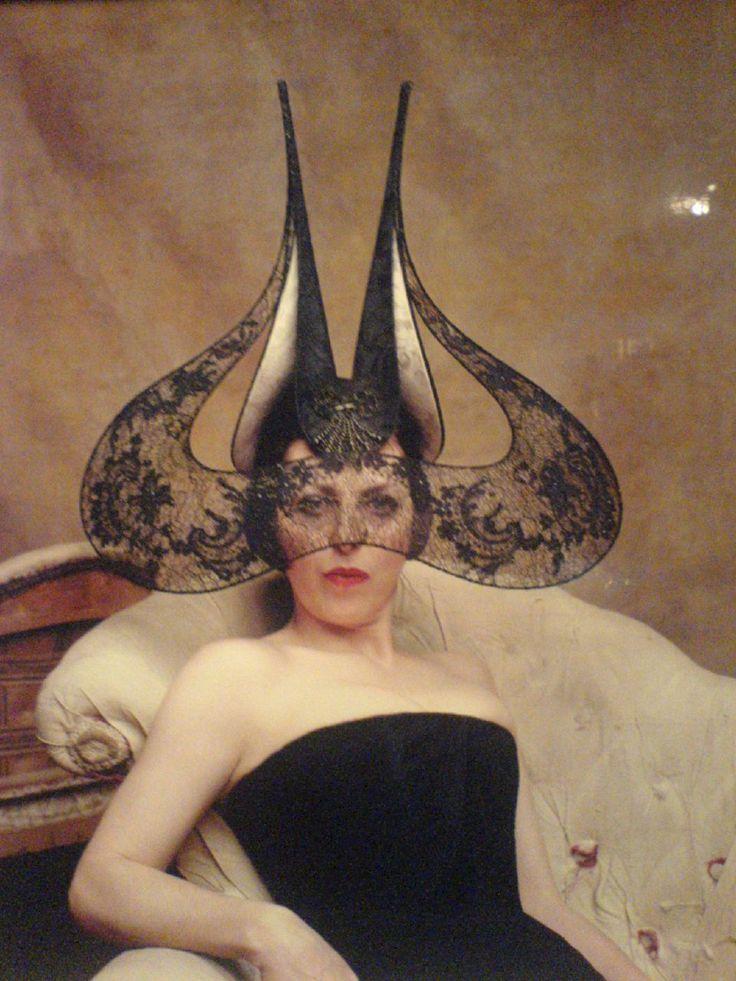 Isabella Blow com chapéu Philip Treacy, a estilista também era grande amiga de Alexander McQueen que posteriormente fez uma coleção toda inspirada em seu estilo