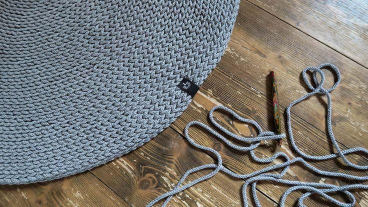 Gruby, mięsisty chodnik, wykonany ręcznie na szydełku z bawełnianego sznurka. Pięknie się układa, można go prać w pralce, świetny jako dodatek do wnętrza w stylu skandynawskim lub do pokoju dziecięcego. Ciepły i przyjemnie miękki. #chodnik #sznurek #zesznurka #sznurka #sznurkowy #bawełniany #rękodzieło #diy #szydełko #szydełkowane #naszydełku #szary #skandynawski #styl #wnętrza #handmade #carpet #crochet #grey #scandi #style #scandistyle #chabbychic #diy