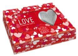 Cadeau doos love met rinkelend hartje.Mini Boekcadeaubox - Love is where the heart is.Laat een speciale persoon die je hart heeft gestolen weten dat hij of zij voor jou heel bijzonder is. Met onze Mini Boekcadeaubox Love is where the heart is kan dat op een originele manier. Het boek staat vol inspirerende en romantische teksten over de liefde en met het zilverkleurige hart dat je geliefde als een geluksamulet overal bij zich kan dragen, verklaar je ondubbelzinnig: I love you!