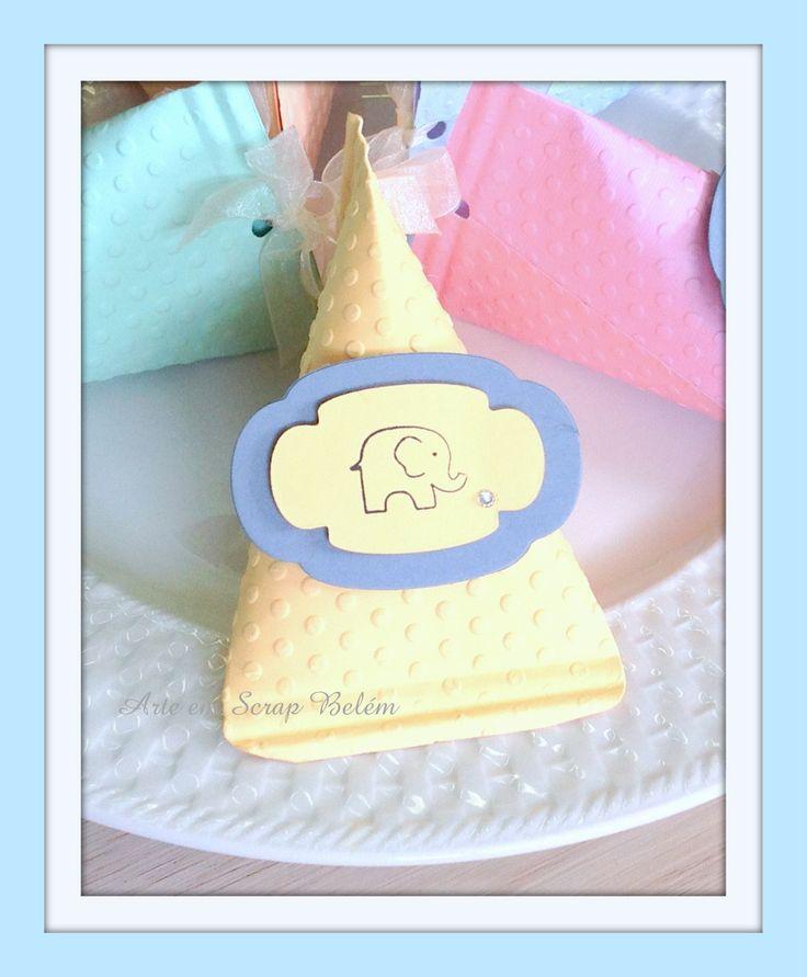 Lindas e apaixonantes! Kit com 12 caixinhas com motivo de elefantinho, toda fofura que sua festa merece! <br> Disponível nas cores: amarelo bebê, azul bebê, laranja clarinho, verde bebê, lilás e rosa bebê. Ao comprar indique nos comentários a cor que deseja seu kit, ou quem sabe, se deseja o kit colorido e lindo como na foto ?. <br> <br> ??? São enviadas vazias, para você escolher as guloseimas que preferir colocar ??? <br> Tamanho: 11,5x7cm.