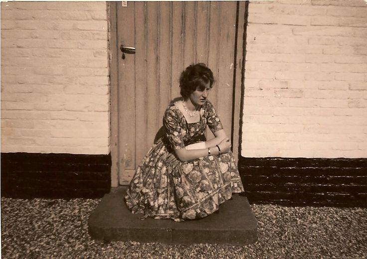 Mijn moeder Aagje met gebroken pols na haar brommer ongeluk bij het ouderlijk huis aan De Vogelenzang te Overasselt.