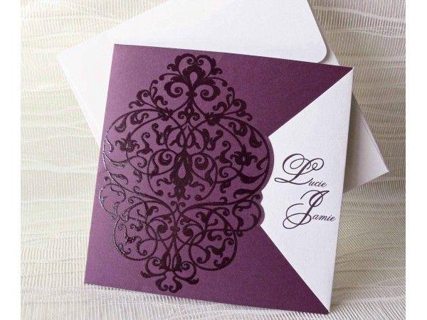 <p>Invitatie de nunta eleganta, mov, cu imprimeu in relief. Cardul asortat nu este inclus in pretul invitatiei. Dimensiune invitatie : 150 / 150 mm Dimensiune t
