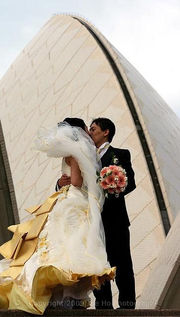 Wedding photoshoot at Sydney Opera House by Flickr user Joe <3 Photography