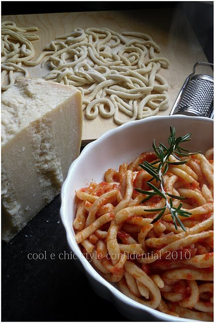 Pici all' aglione: Tuscan pasta with tomato-garlic sauce