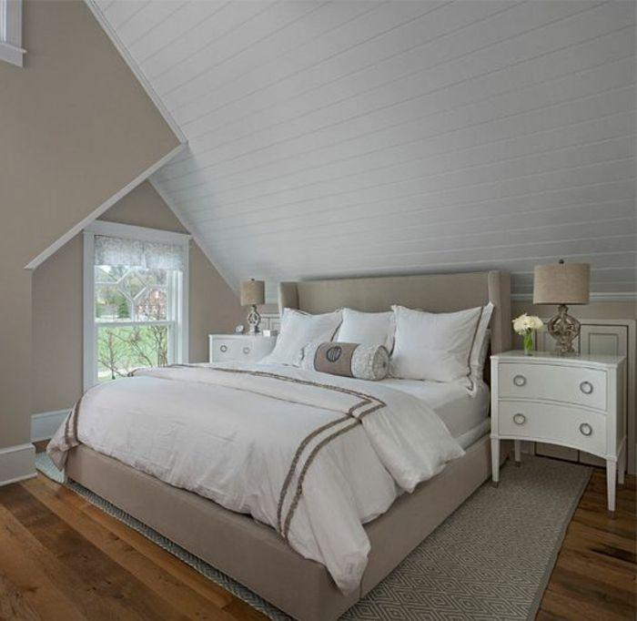 lit couleur grise, linge de lit blanc, parquet en bois, meuble de nuit avec tiroirs, peinture murale en gris et blanc, déco chambre sous pente classique