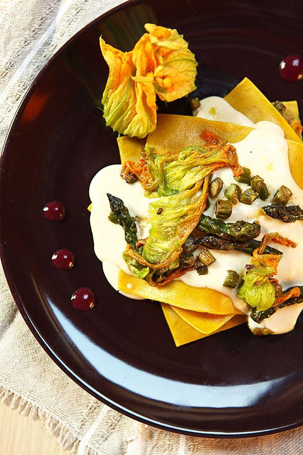 Una lasagnetta aperta gourmet per iniziare questa nuova settimana col piede giusto: asparagi, fiori di zucca e una salsa ai mirtilli da leccarsi i baffi! Buon lunedì a tutti!! :)  Ricetta su: http://karmaveg.it/lasagnetta-aperta-asparagi-fiori-zucca-salsa-ai-mirtilli/