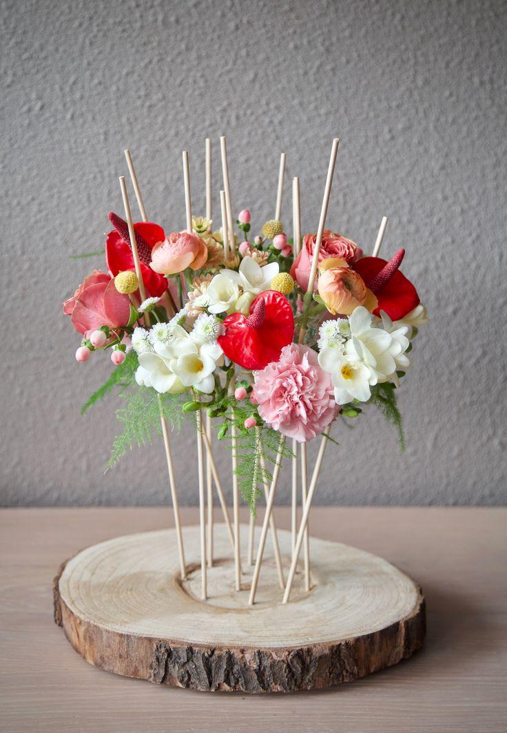 Bloemstuk met stokjes. #bloemstuk #bloemstyling #bloemen #bloemschikken #flowers #floralarrangement #floralstyling #anthurium #craspedia #freesia #pinterestflowers #boomstam #flowersofpinterest #flowers