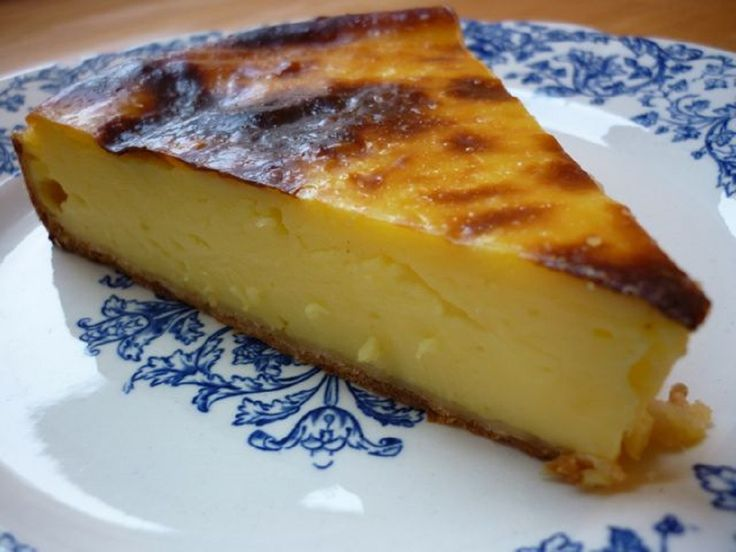 Dacă sunteți în pană de idei, dar vă doriți un desert delicios și ușor de preparat, atunci această rețetă este pentru dumneavoastră. INGREDIENTE (pentru un cerc de patiserie de 18 cm): -500 ml de lapte; -250 ml de smântână pentru frișcă; -125 gr de zahăr; -100 gr de gălbenușuri (aproximativ 5 gălbenușuri); -50 gr amidon de porumb. MOD DE PREPARARE: 1.Aduceți până la fierbere laptele și smântâna pentru frișcă. 2.Amestecați într-un vas gălbenușurile, zahărul și amidonul. Turnați deasupra…