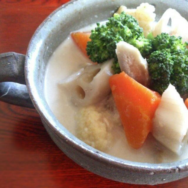 京都のお雑煮は白味噌仕立て。 お正月の白味噌の残りを使いきるのに、年明けからよく作ります。 お野菜はあるものなんでも。 私は根菜を中心に入れます(*^^*)  白味噌とクリームチーズ、発酵食品の相性がとてもよく、クリームチーズが白味噌と豆乳のスープにいいコクをプラスしてくれます。  お試しに、豚汁をリメイクして、豆乳(牛乳)とクリチを少し入れて貰えれば…だいたいの味が分かりますよ~(^_^;) - 187件のもぐもぐ - 根菜の白味噌シチュー~クリームチーズ仕立て~ by sakurakoaya31