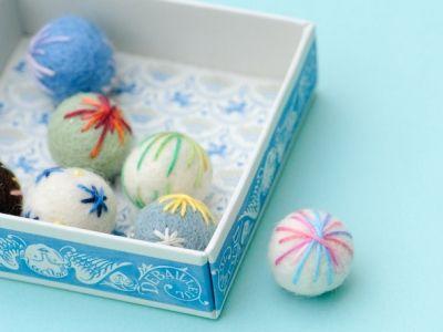 フェルトボールで作るミニ手まりの作り方|フェルト|編み物・手芸・ソーイング|アトリエ|手芸レシピ16,000件!みんなで作る手芸やハンドメイド作品、雑貨の作り方ポータル
