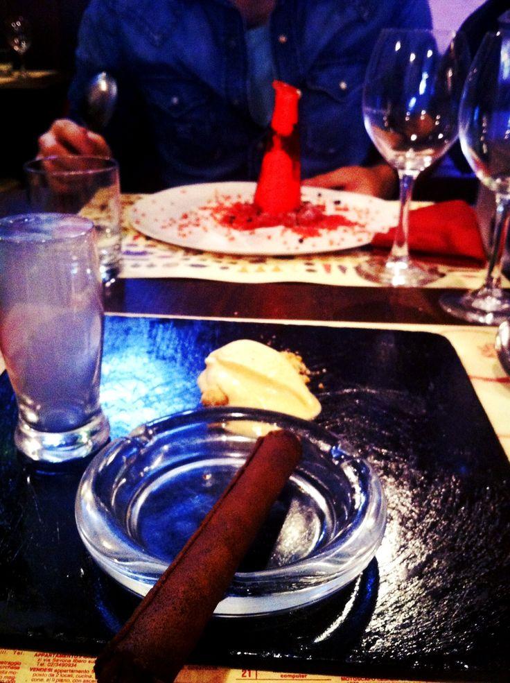 sigaro di cioccolato e campari con gelato alle fragole