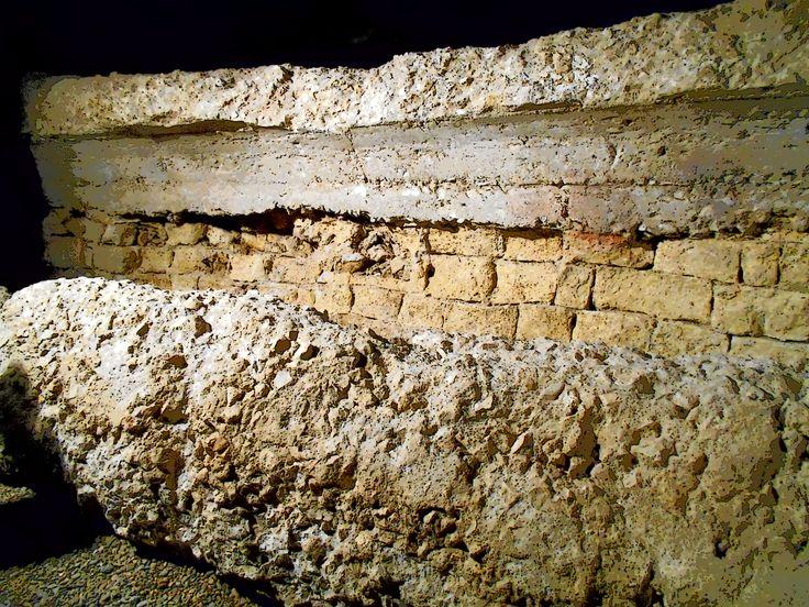 Restos del Deambulatorium del anfiteatro romano de la Legio VII. Fueron descubiertos al abrir hueco de cara a un garaje en el Barrio Húmero.Cripta de la Calle Cascalerias