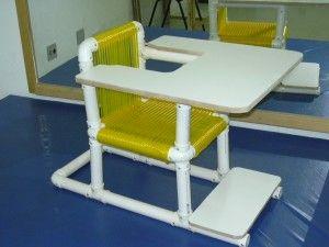 Cadeira 90º com fio plástico, possuindo também mesa para atividades e apoio para os pés
