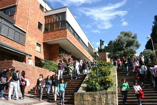 Inicié mis estudios de ADMINISTRACION DE EMPRESAS TURÍSTICAS Y HOTELERAS en la universidad Externado de Colombia en el 2003