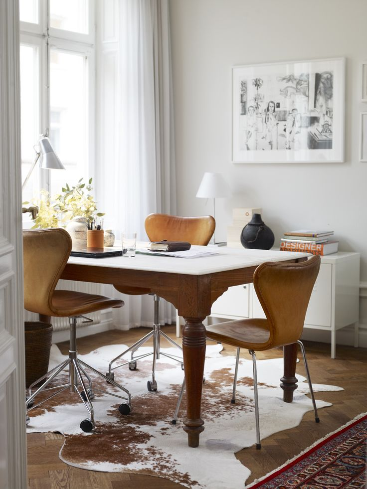 Skrivbordet i arbetsrummet är indiskt, från Raja. Sjuastolarna i läder fyndade på Blocket. Sidebord från Ikea och bordslamapa Constanza  från Luceplan. Littografi av Jockum Nordström.