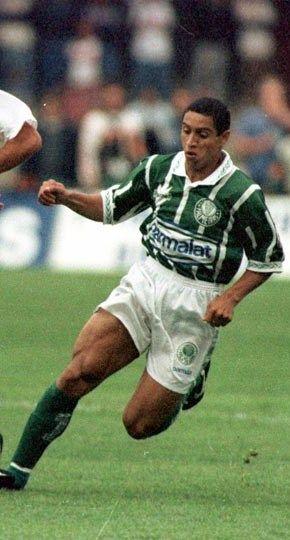 Roberto Carlos - Palmeiras     Melhor  lateral esquerdo da história do palmeiras ,gastou a bola.