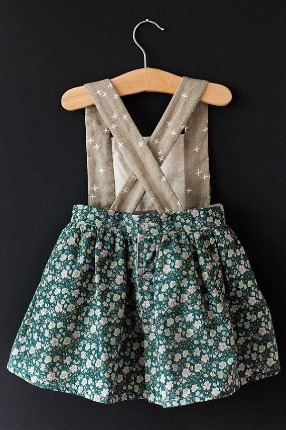 ¡El vestido de delantal de Ayla fue diseñado específicamente por petición popular! Presenta el mismo aspecto como nuestro combo de mameluco/falda, pero es un vestido de una sola pieza (no shorts debajo). Si usted desea un peto de diferente color que la falda, simplemente haga clic en el botón de orden de encargo! Estoy muy feliz de hacer algo a sus especificaciones.  (Modelo lleva 4T)  Colores y telas disponibles:  Rose ropa: 55% lino 45% algodón Flores de zanahoria: 100% algodón Centavos de…