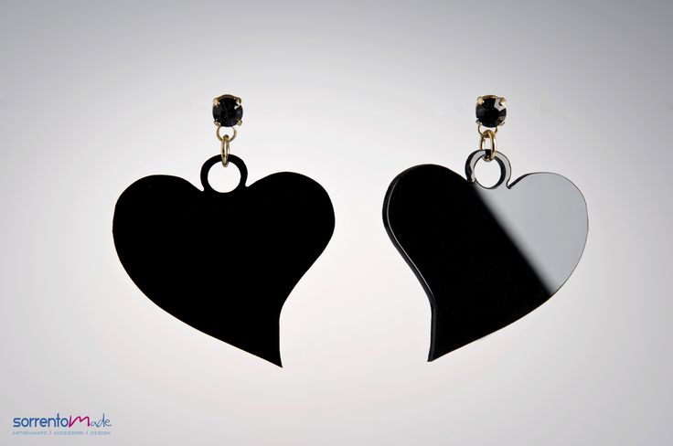 Un elegante cuore per questi orecchini in plexiglass nero. By designer Consuelo D'Antonio che associando al plexiglass, materiale moderno ed industriale, elementi preziosi crea gioielli glam ed eleganti.