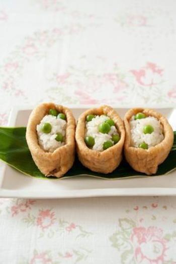 グリーンピースがキュートなアクセントになったいなり寿司。シンプルな味わいで、いくつでも食べられそう!