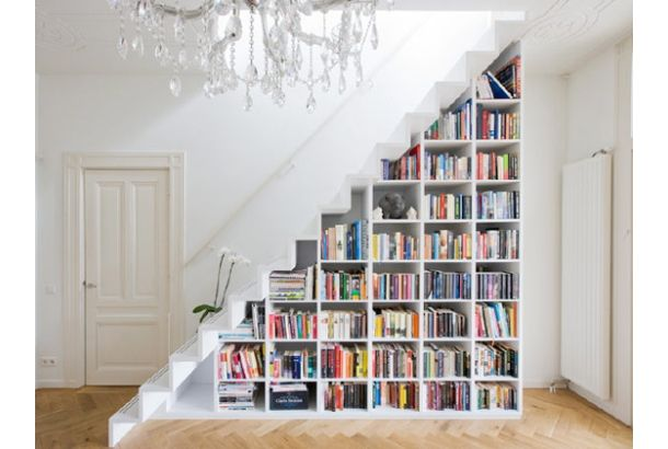 階段下を本棚にしたスペース・ソリューション | roomie(ルーミー)