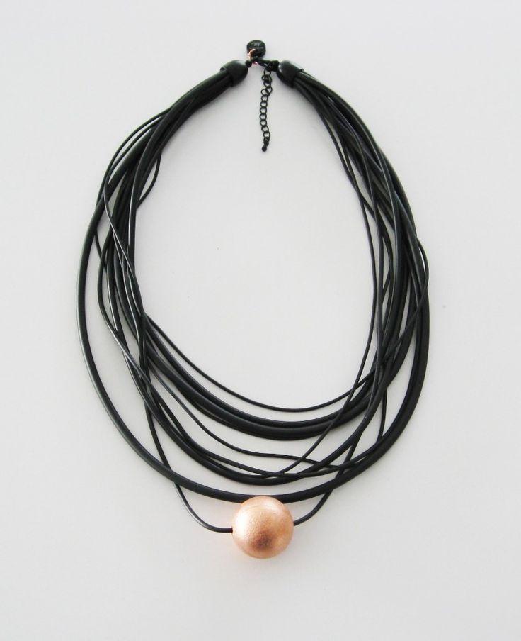 Halsband bestående av sammanfogade gummilänkar i olika tjocklek med en 25 mm stor electroformad kopparkula. Necklace made of rubber cord in different thickness and an electroformed, 25 mm copper ball.