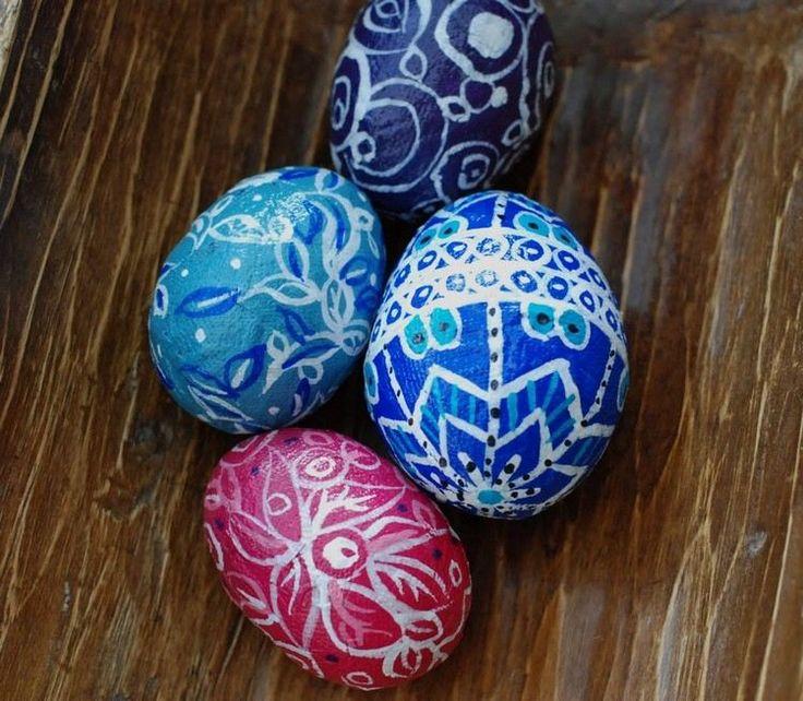 mit Pinsel auf Pappmache Eier zeichnen