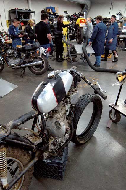 Pin by dan delisle on moto garage pinterest for Garage moto scooter