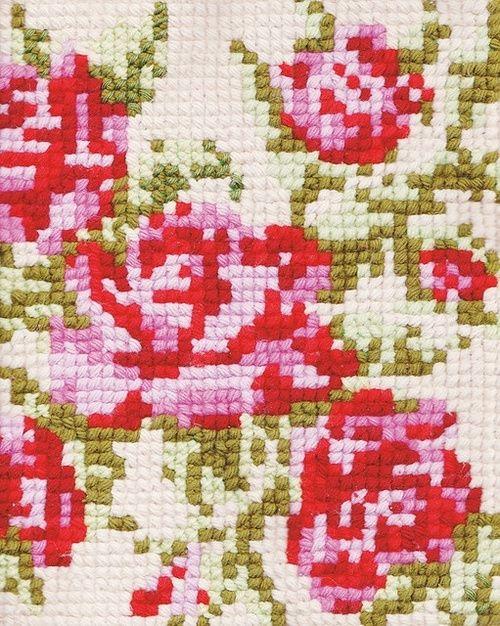a piece of vintage cross stitch work flores tejido trama pixelado