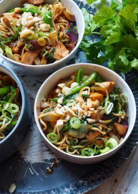 Spansk kylling med kikerter og oliven er er en super enkel rett som tilberedes i ovnen. Den lagesi to enkle steg og kan serveres med godt brød eller ris/coucous/bulgur Spansk kylling med kikerter og oliven 8-12 kyllinglår 2 røde løk, 6 hvitløksfedd 400g hakkede tomater 200g kikerter (nettovekt, uten vann) gode grønne oliven olivenolje, paprika, [...]Read More...