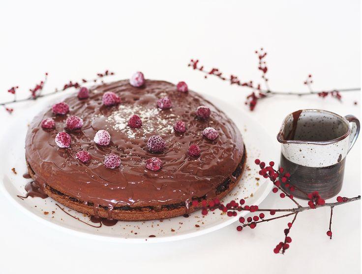 Przepis na prosty wegański tort. Wegański biszkopt przekładany i wegański krem czekoladowy. Całość zatopiona w przepysznej, czekoladowej polewie.
