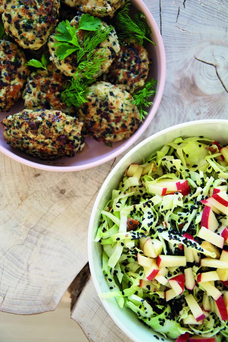 Spidskålsalat og kyllingefrikadeller med urter