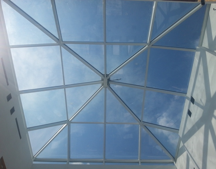 VETRI EXTRACHIARI Gli extrachiari, o extra-bianchi, sono vetri che godono di un'ottima trasmissione della luce, in tutti gli spessori. Hanno una lievissima colorazione, luminosi e chiari, hanno un'eccellente resa dei colori e si adattano perfettamente a porte a vetro, scale, pareti, vetrine, ripiani, vetrate e facciate. E' un vetro ottenuto con lo stesso procedimento del vetro  float ma con ridotto contenuto di ossidi di ferro; questa differenza rende il vetro più trasparente (meno verde).
