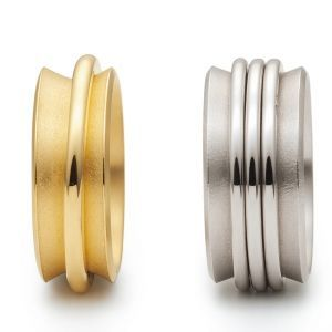 Niessing RingRing. »A jewelry ring made of gold or platinum. The actors perform on your hand. Dance and sound, light and gleam. One or more playful rings improvise freely between the upwardly curving limits set by their director.