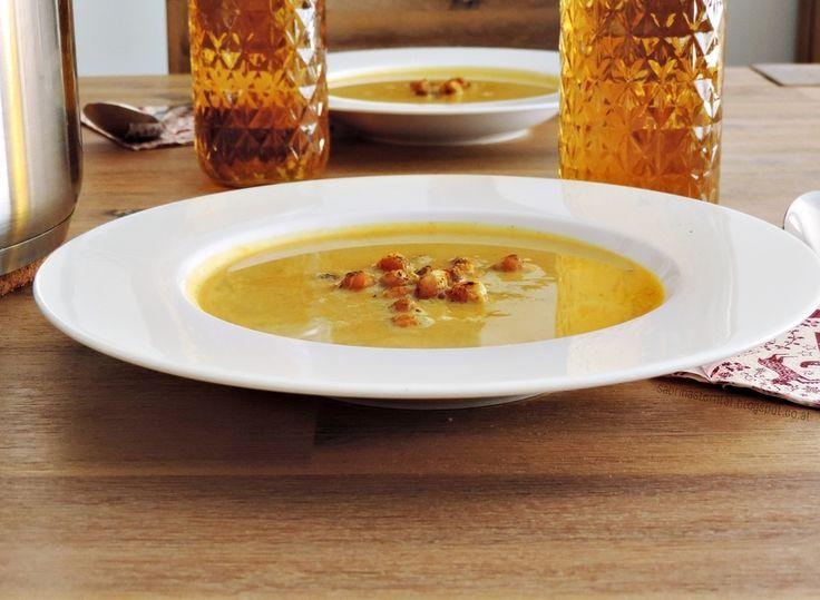 carrot-pumpkin soup with roasted chickpeas | Es herbst`lt: Kürbis-Karotten-Suppe mit gerösteten Kichererbsen