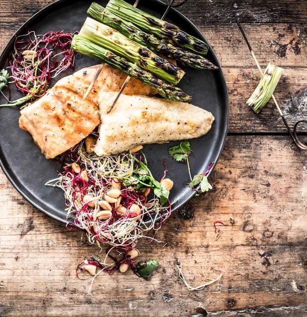 Bei der nächsten Grill-Party richtig auftrumpfen mit diesem einfachen Rezept für Lachs und Zander auf grünem Spargel-Floß! In nur 30 Minuten zum gegrillten Fisch-Genuss - und dazu ein leckerer Sprossen-Salat. Probiert's aus!