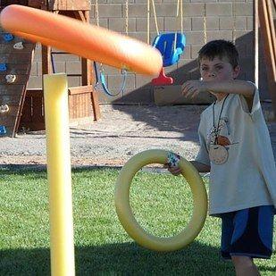 Lanzar aros gigantes y flotadores como tiro al blanco | 27 Juegos al aire libre locamente divertidos que amarás